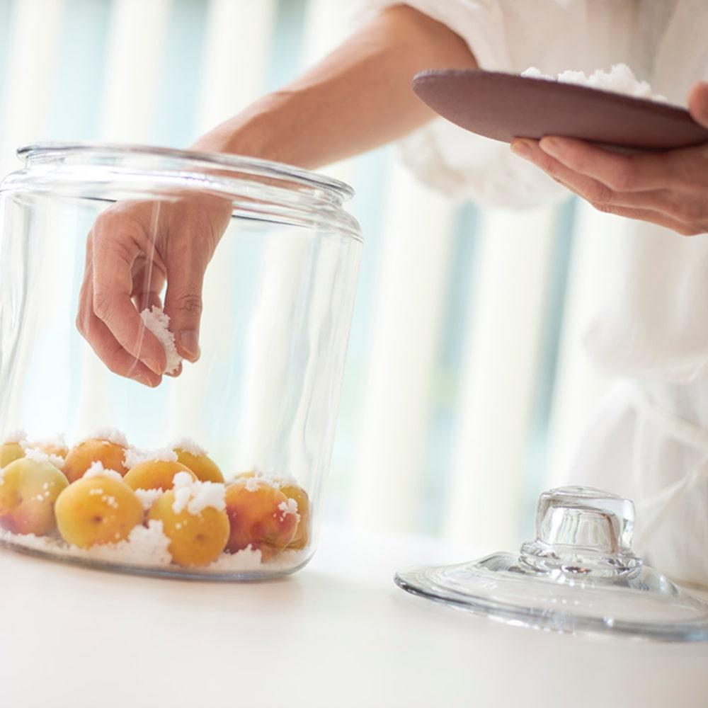 瓶に梅と塩を交互に入れます