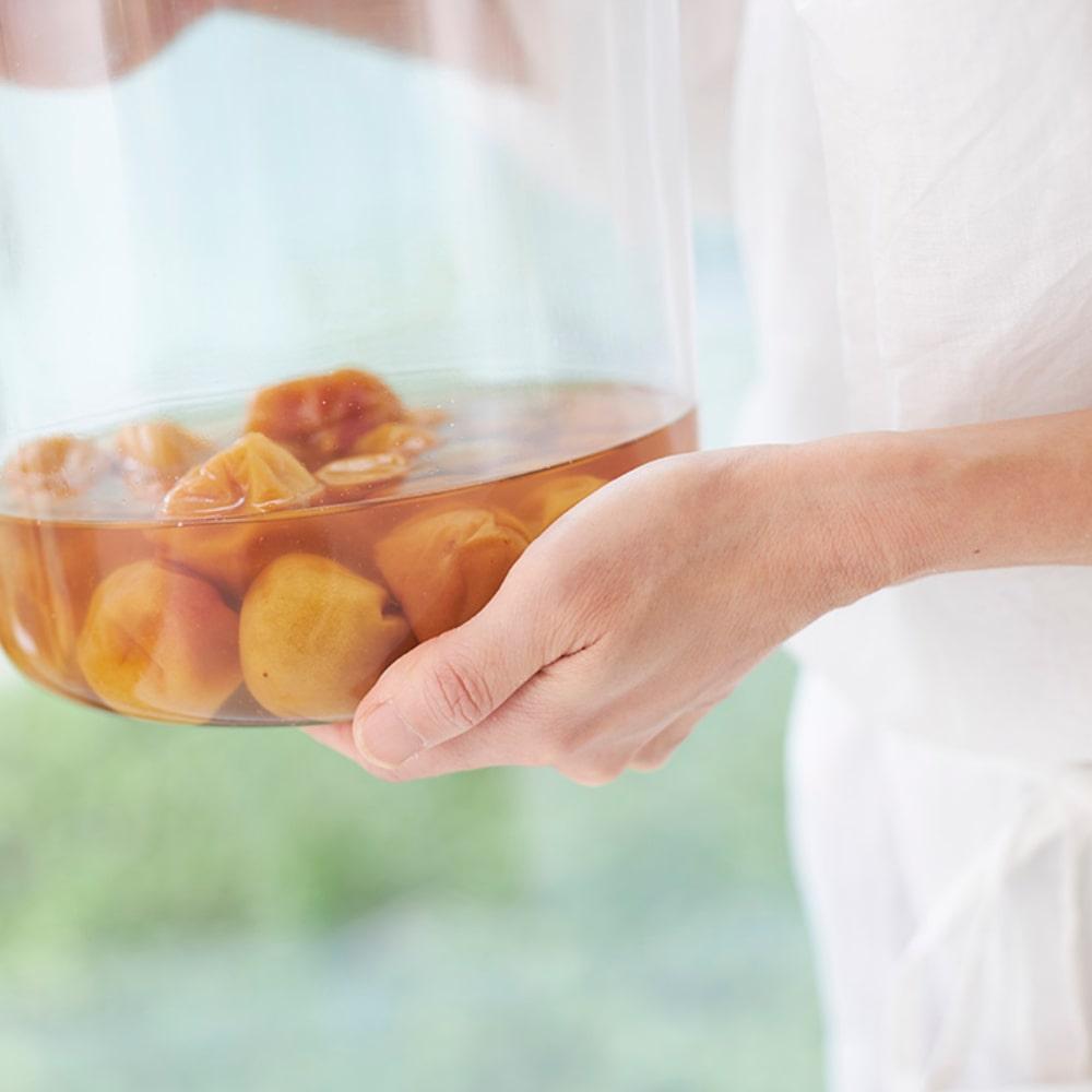 梅酢があがってきたら、もみしそを入れます