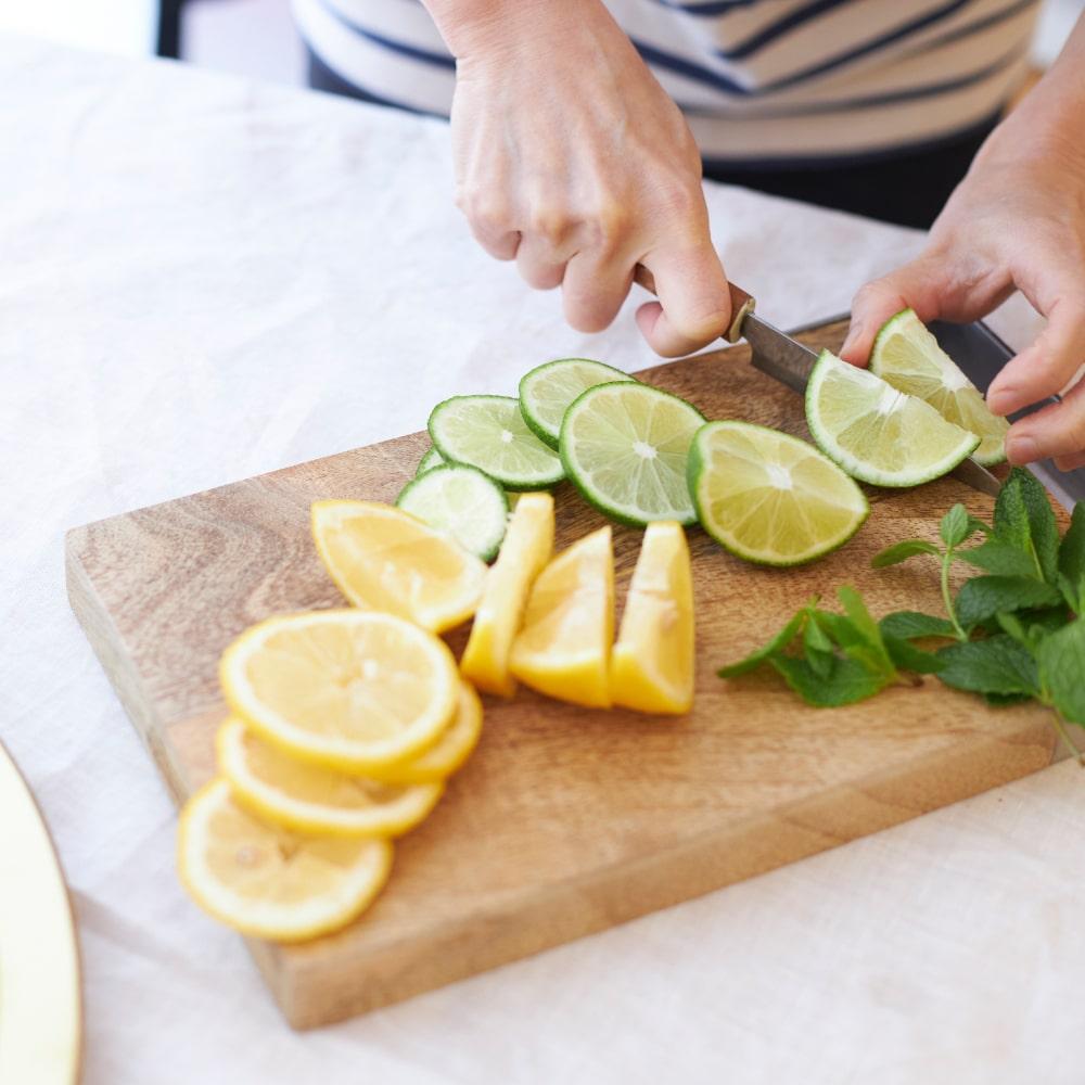 レモン、オレンジ、ライムをくし切りやスライスにします