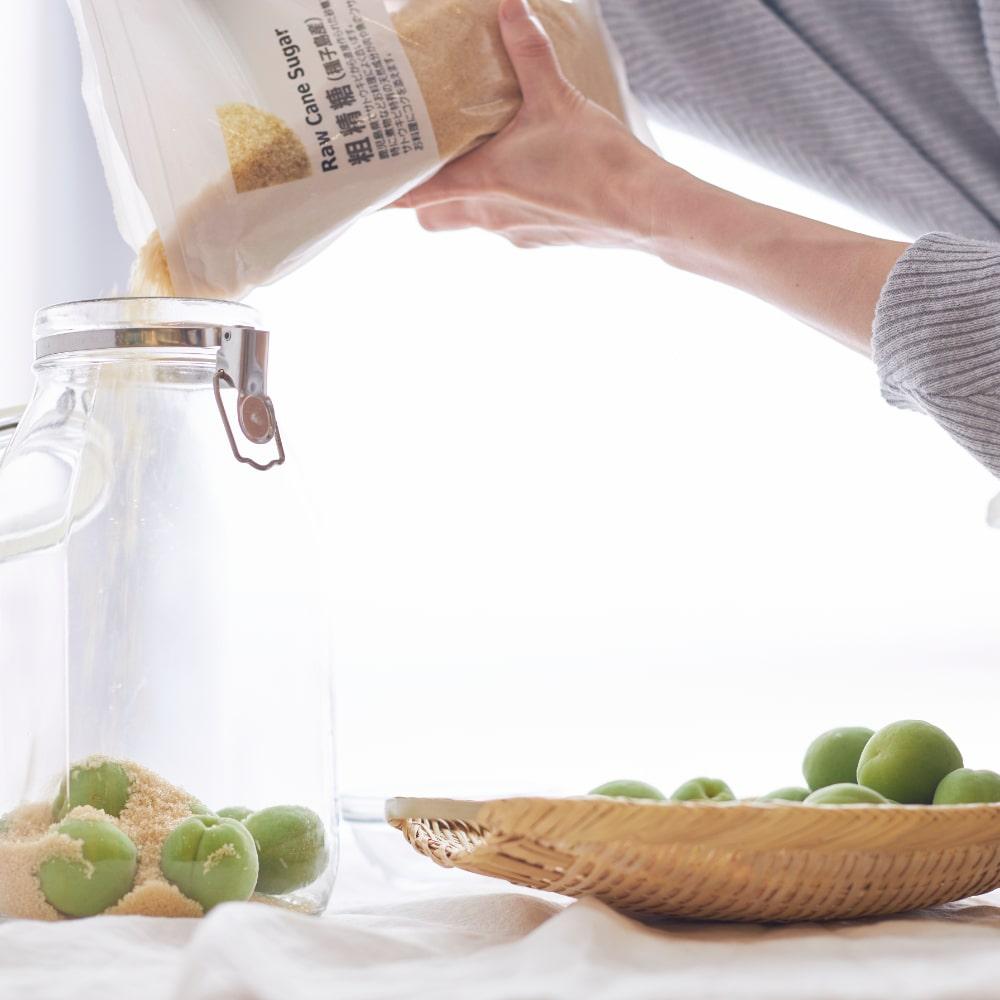 梅の上に砂糖を入れます