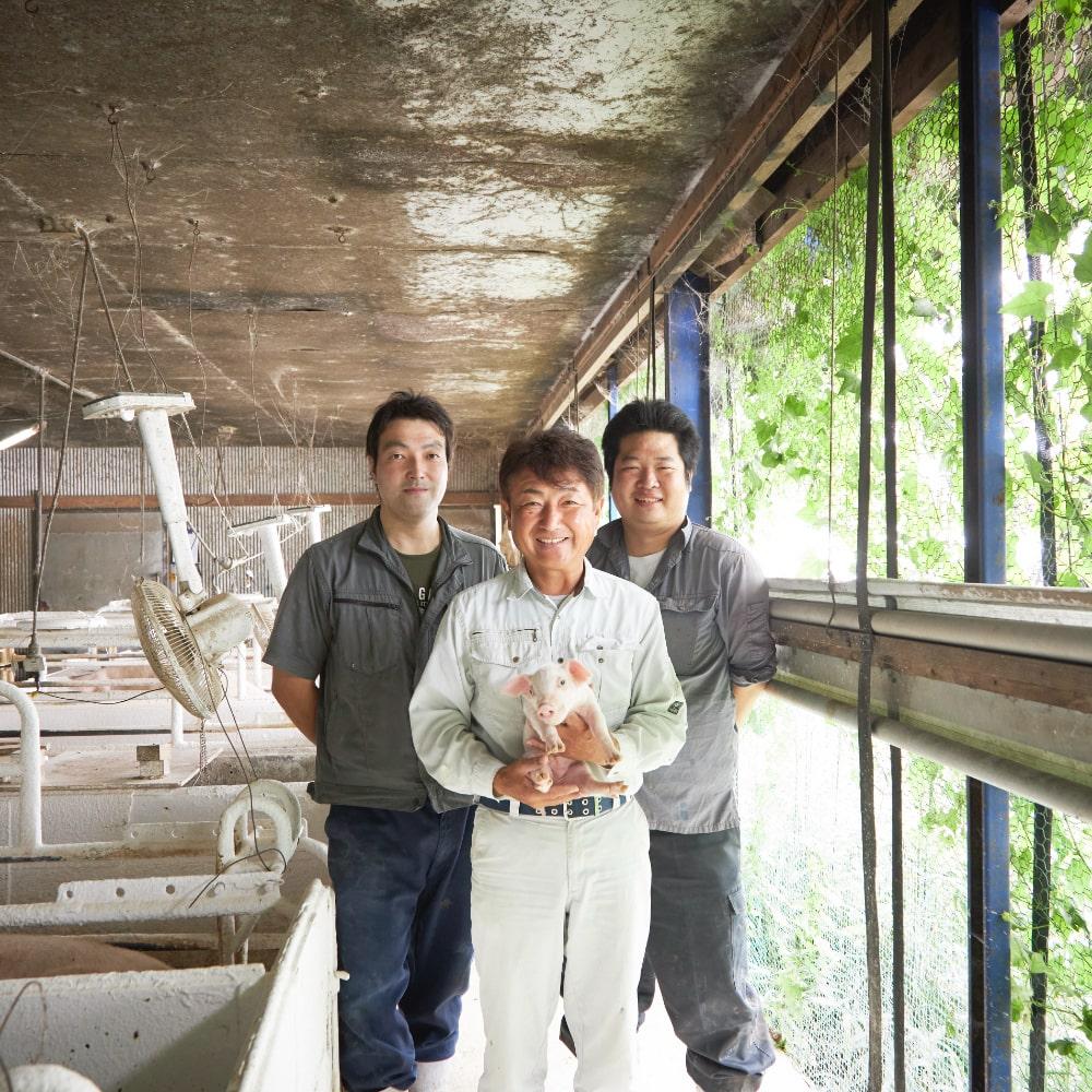 土井社長(中央)と豚舎担当の田中栄伍さん(左)、村上宏樹さん(右)